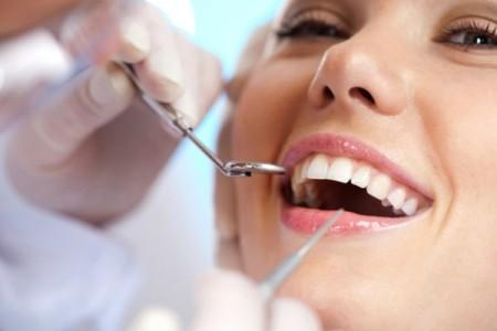Γίνε ο οδοντίατρος του εαυτού σου: Πώς να αφαιρέσεις μόνη σου την πέτρα από τα δόντια!