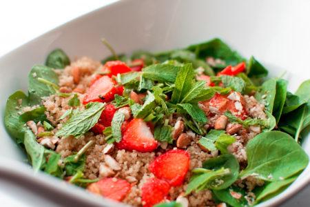H σαλάτα του καλοκαιριού έχει σπανάκι, κινόα και φράουλες