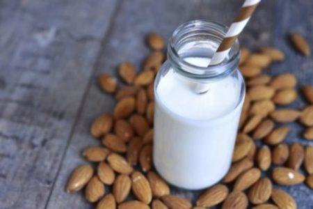 Φτιάξε το δικό σου σπιτικό γάλα αμυγδάλου σε 5 λεπτά!