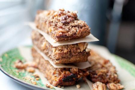 Φτιάξε τις πιο νόστιμες homemade μπάρες ενέργειας (έχουν υφή κέικ!)