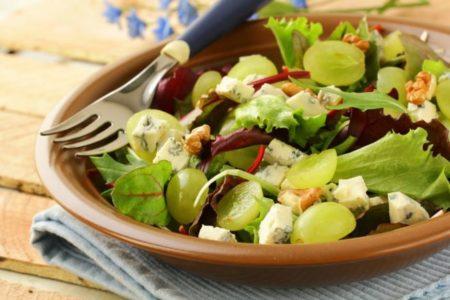 Αυτή η σαλάτα με χουρμάδες και αχλάδι είναι πολύ πιο νόστιμη από όσο φαντάζεσαι!