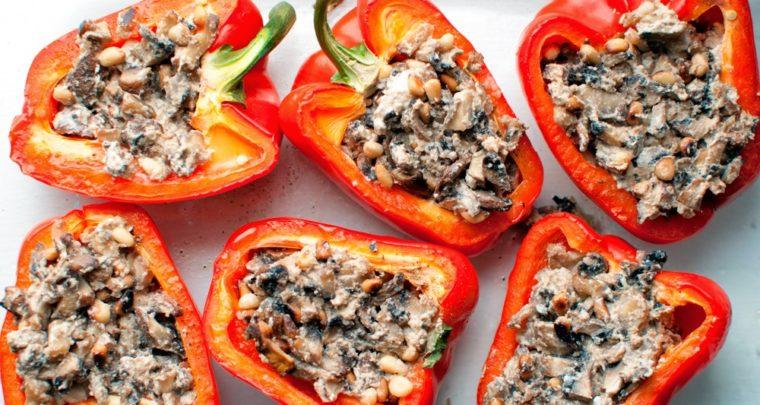 Γεμιστές, λαχταριστές κόκκινες πιπεριές με μανιτάρια και κουκουνάρι