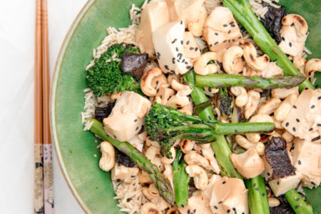 Μακροβιοτική σαλάτα με ρύζι και τόφου