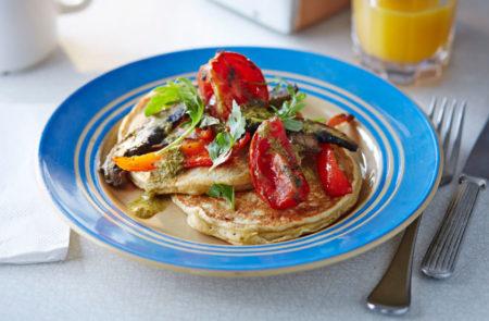 Pancakes αυγού με σάλτσα ντομάτας! Θα πάθεις πλάκα…
